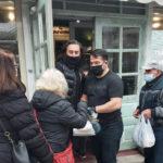 Ο Πύρρος Δήμας μοίρασε γεύματα σε ανθρώπους που έχουν ανάγκη στην Πολίχνη